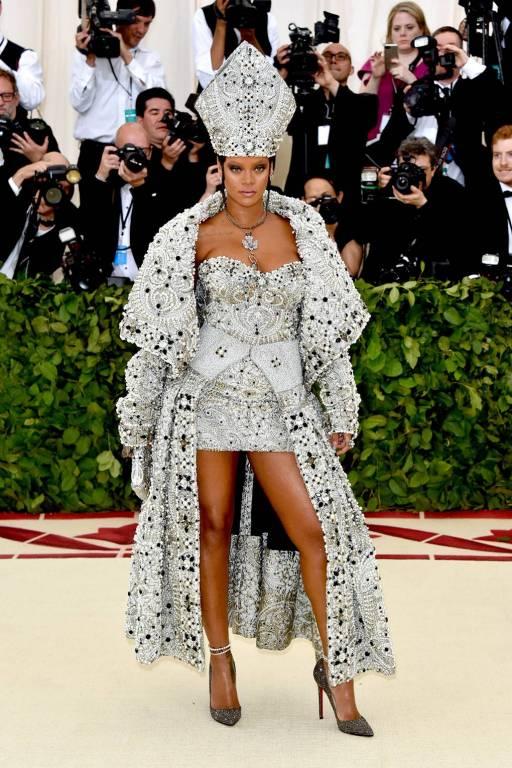 Cele mai interesante lookuri de la gala Met 2018 Rihanna
